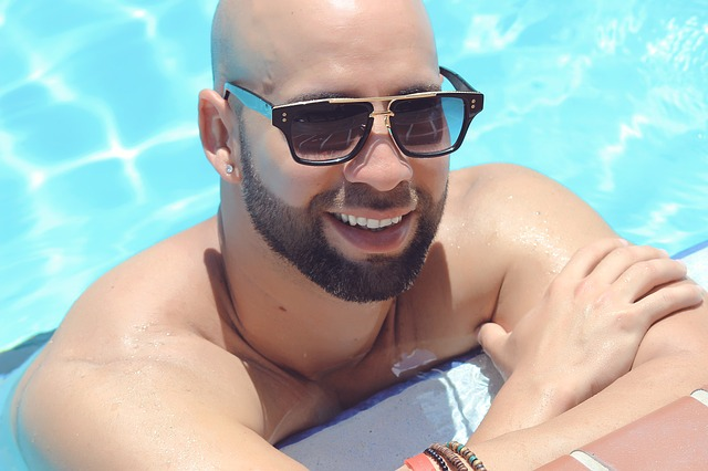 muž a bazén