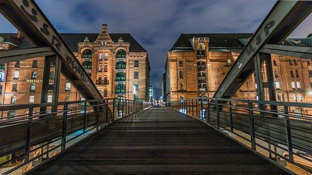 budovy za mostem