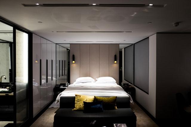 postel v interiéru